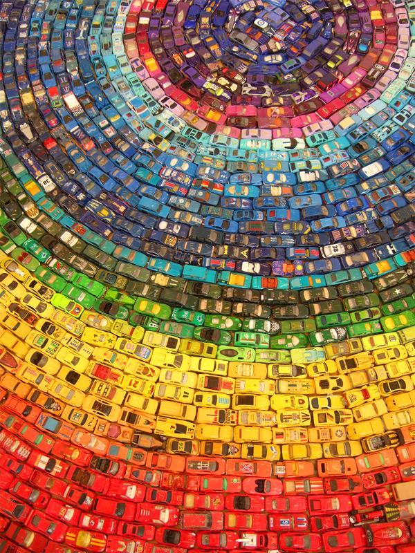 Arcobaleno di colori creato con 2,500 automobili