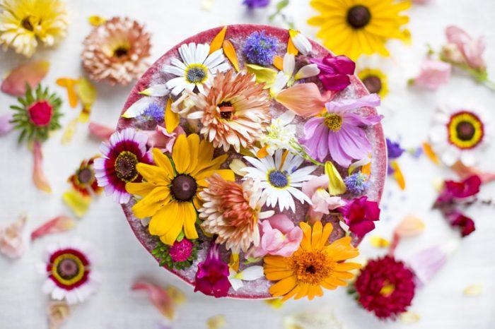 Colori e fiori freschi in cucina per spezzare la monotonia