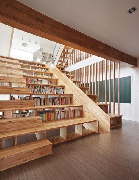 Scala libreria nella casa panoramica