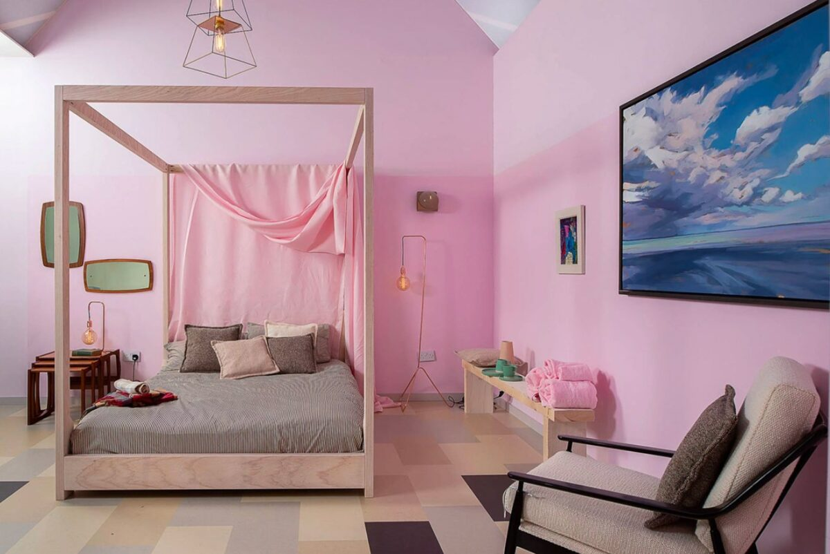 Dipingere pareti rosa, porpora e viola
