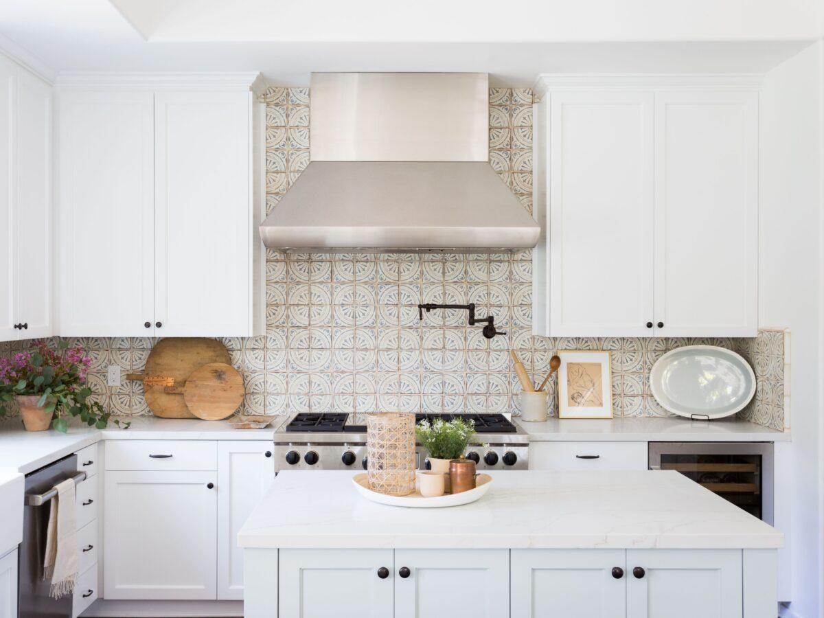 I materiali migliori per la parete antischizzo in cucina