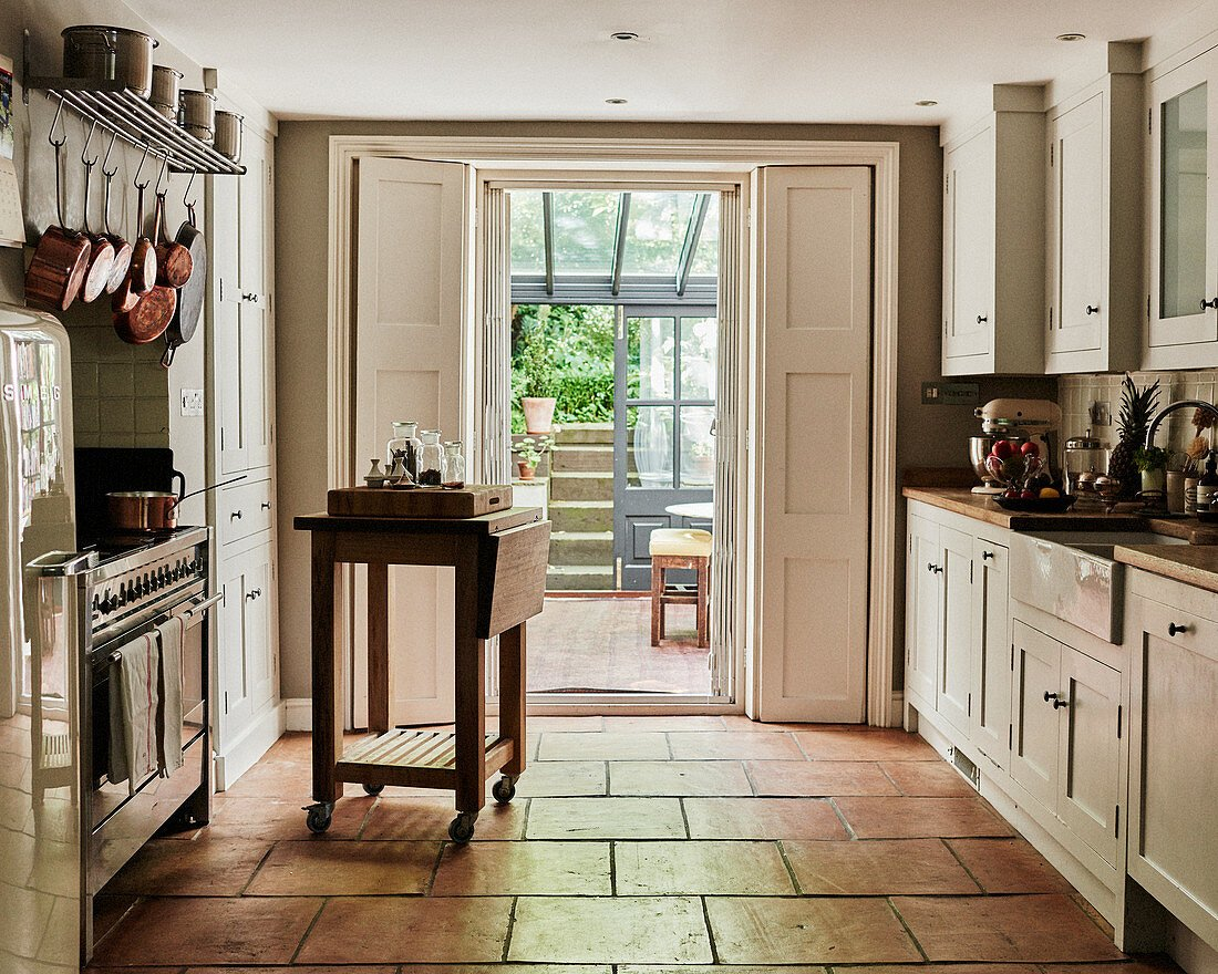 Terracottafliesenboden in der Landhausküche