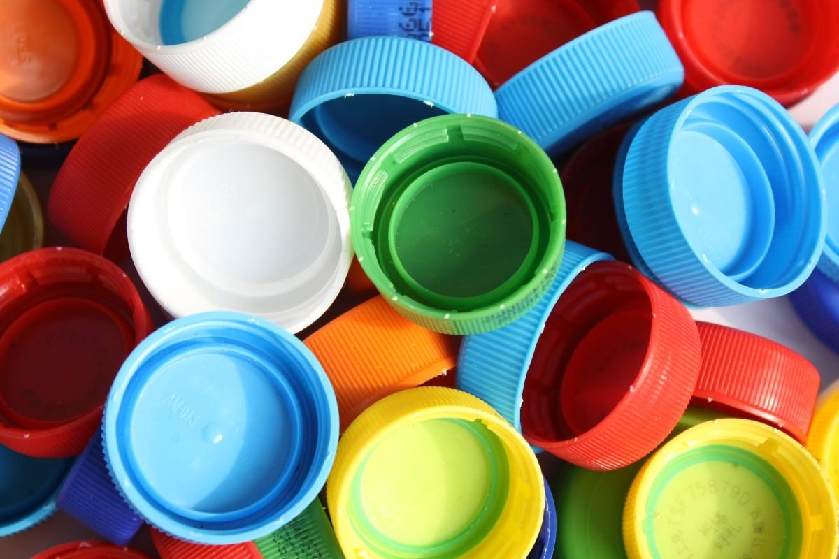 10 idee e foto per riciclare i tappi di plastica 2