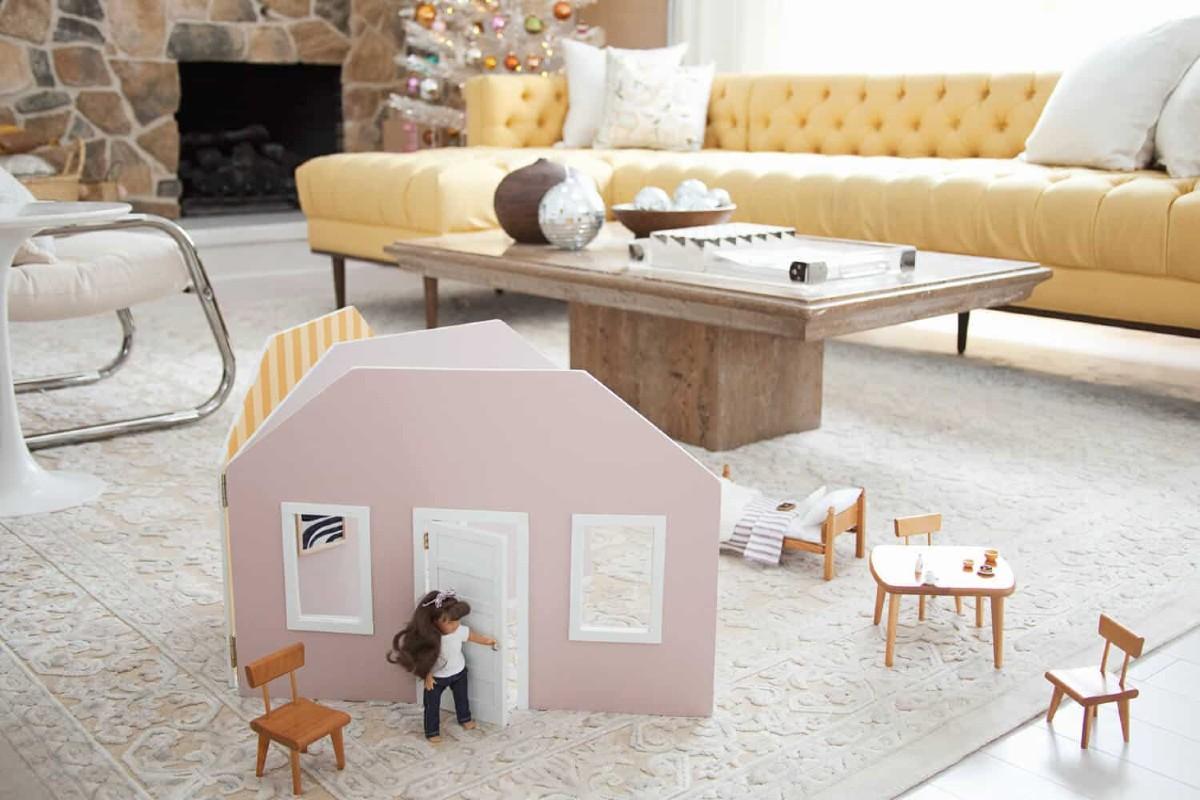 casa per bambole fatta con i libri