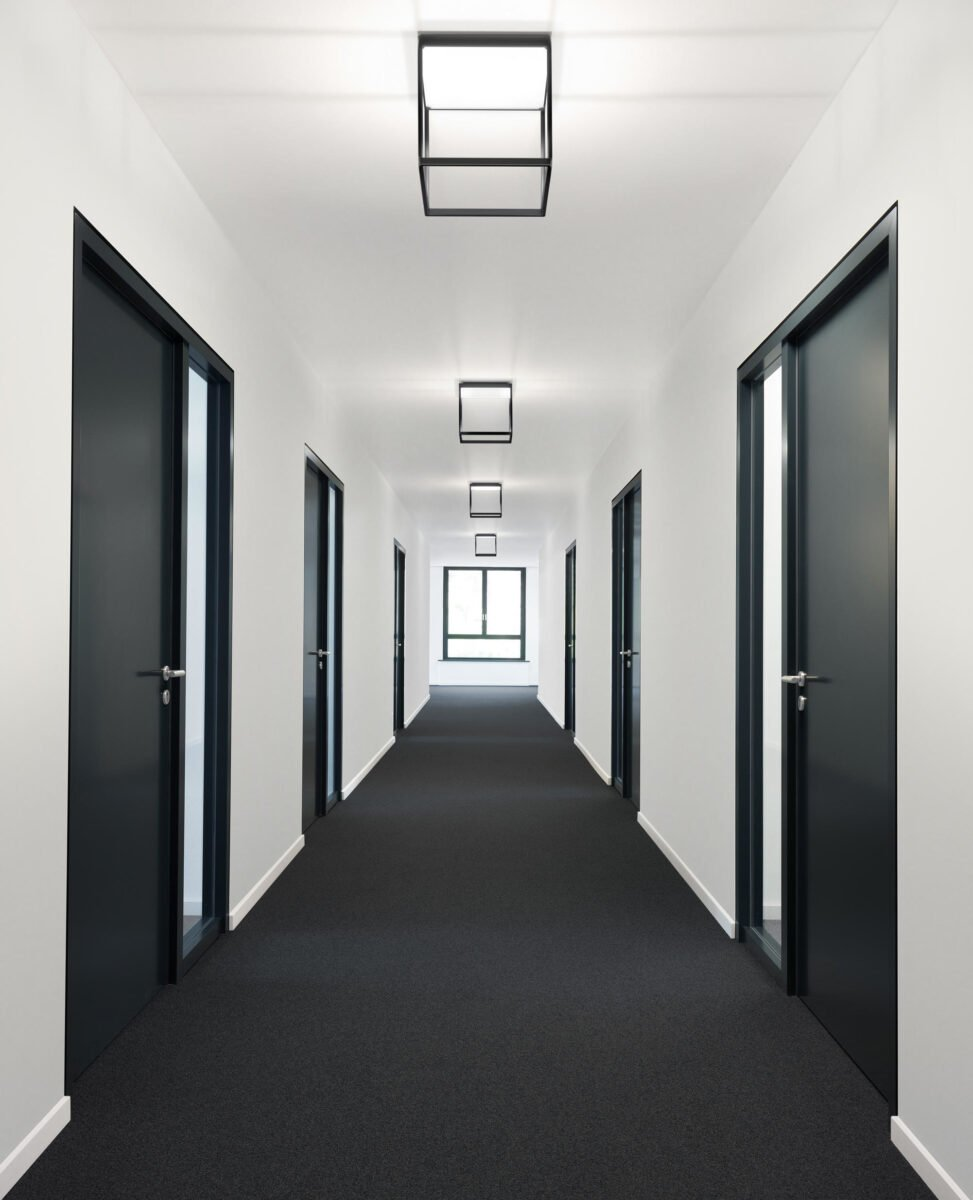 corridoio-pavimento-nero
