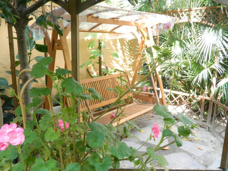 abbellire-la-panca-del-giardino-10-idee-e-foto-12