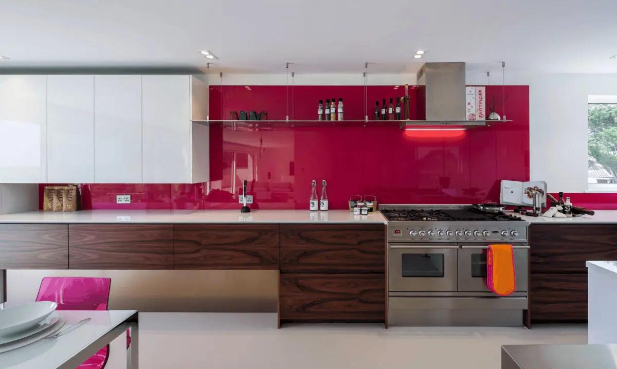 Cucina pareti color magenta
