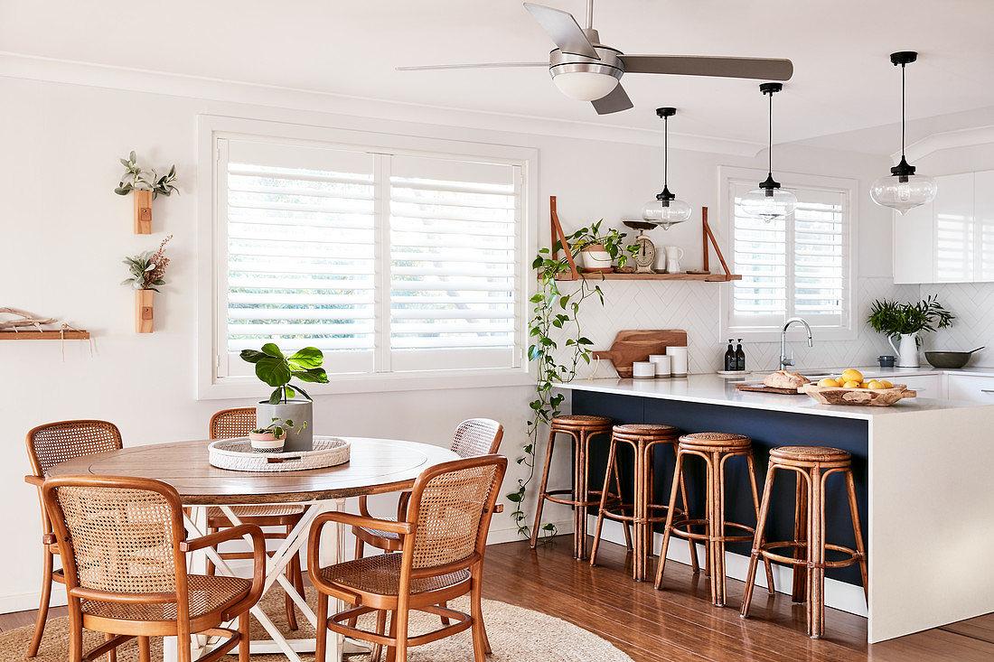 Runder Tisch mit Stühlen vor Küchentheke