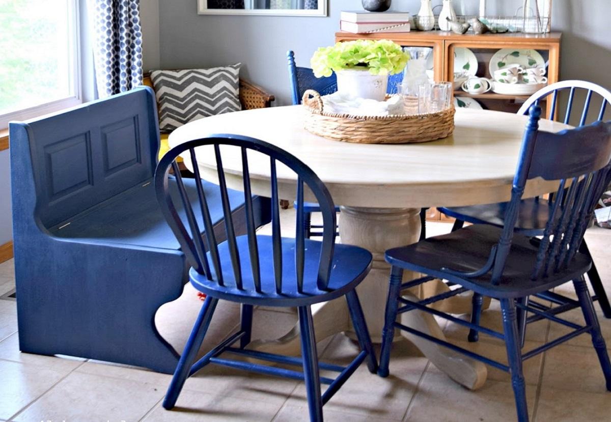 arredare la cucina con il bluette sedie retrò e panca
