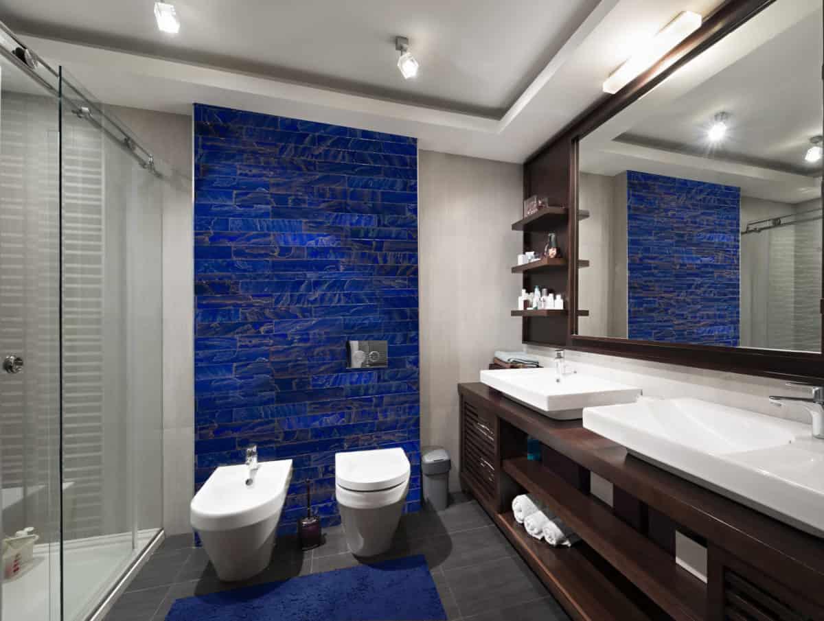 Bagno pareti color zaffiro: 10 idee e foto