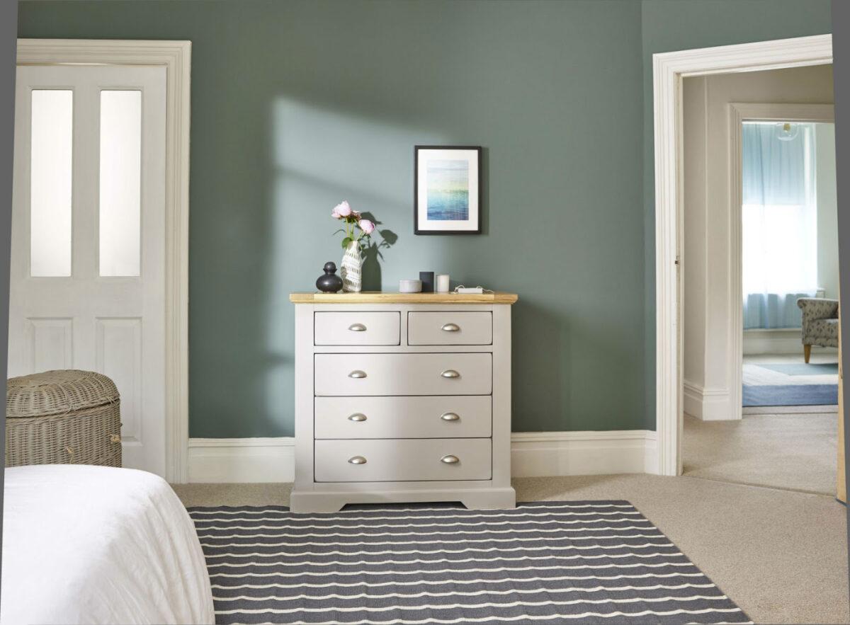 verde salvia e rovere in camera da letto